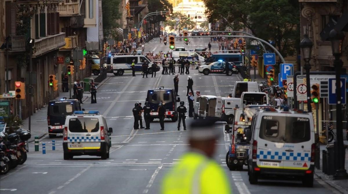 Mossos y Guardia Urbana, en la Via Laietana, cortada al tráfico.