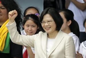 La nueva presidenta de Taiwán, Tsai Ing-wen, saluda a la multitud asistente a la ceremonia de posesión del cargo.