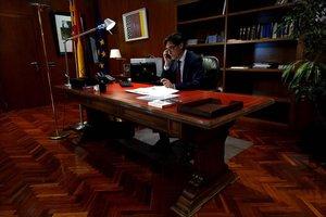 El nuevo ministro de Sanidad, el catalán Salvador Illa, en su despacho, trabajando en la mesa que perteneció a Lluch