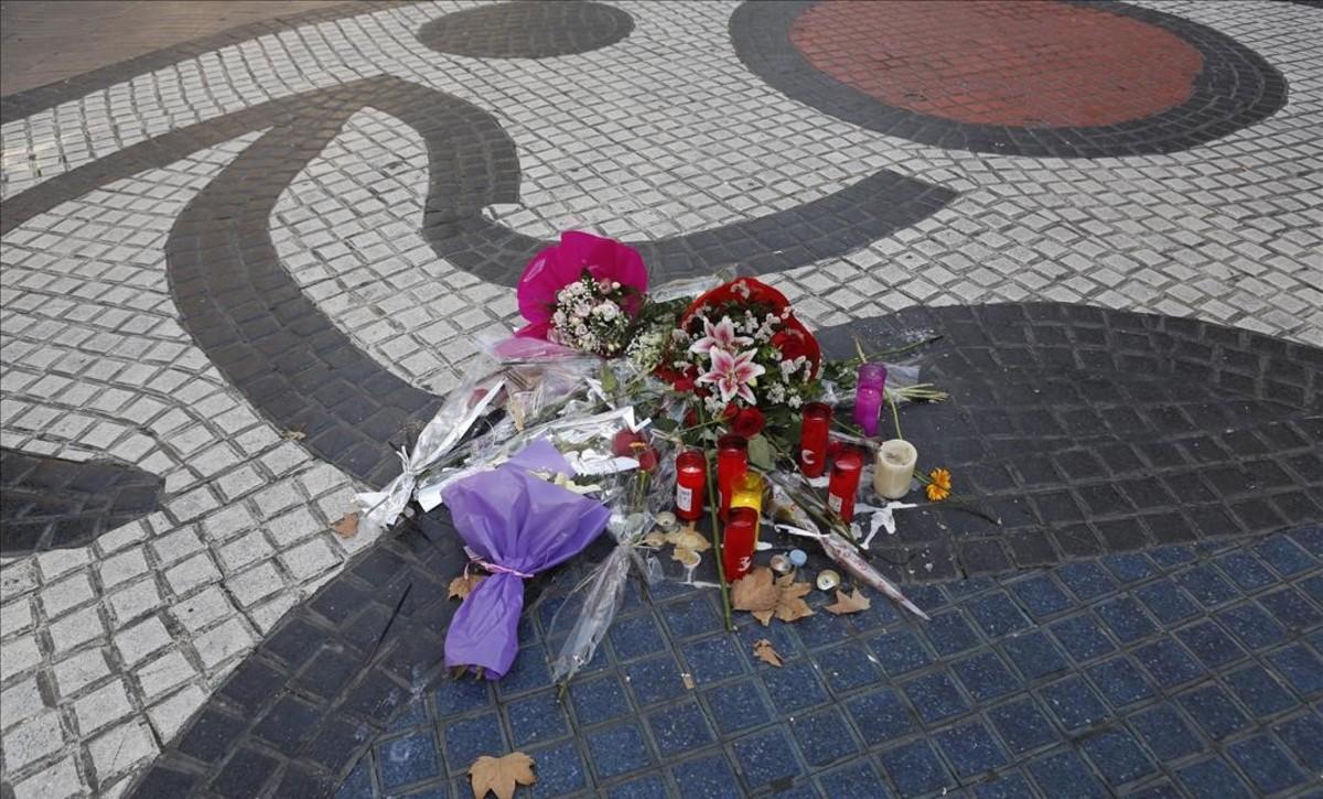 Ofrendas florales en La Rambla, un día antes del aniversario de los atentados del 17-A.