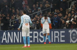NOG. Marseille (France), 25/01/2019.- Kevin Strootman (R) of Olympique Marseille reacts after being hit by a projectile during the French Ligue 1 soccer match between Olympique Marseille and Lille OSC at the Velodrome Stadium in Marseille, southern France, 25 January 2019. (Francia, Marsella, Roma) EFE/EPA/GUILLAUME HORCAJUELO