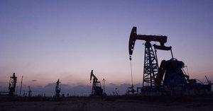WUH01 DONGYING CHINA 10 11 2007 - Foto de archivo tomada el 9 de noviembre de 2007 de una vista general de los pozos petroliferos de Gudong que forman parte del yacimiento chino de Shengli La OPEP reacciono finalmente el 30 de noviembre de 2016 al desplome de los precios del crudo al sancionar un recorte de su oferta petrolera de 1 2 millones de barriles diarios mbd a los que espera que se sumen otros 600 000 barriles de varios de sus competidores entre ellos Rusia EFE Wu Hong