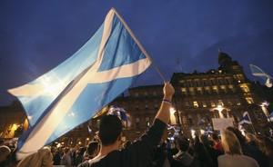 Partidarios del sí ondean la bandera escocesa durante la campaña para el referéndum de independencia del 2014.