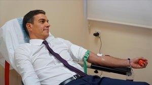 Pedro Sánchez dona sangre, ayer lunes, en la Moncloa.