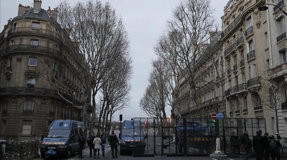 Policías cierran el paso de una calle de París.