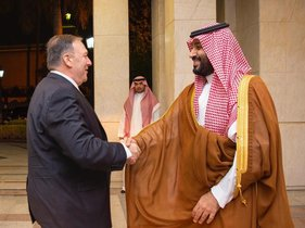 Jeddah (Saudi Arabia), 18/09/2019.- A handout photo made available by the Saudi Royal Court shows Saudi Crown Prince Mohammad bin Salman receiving US Secretary of State Mike Pompeo, Jeddah, Saudi Arabia, 18 September 2019. Pompeo is in Saudi Arabia to discuss the recent drone attack that blocked almost half of the Saudi oil production on 14 September 2019. (Atentado, Arabia Saudita, Estados Unidos) EFE/EPA/BANDAR ALJALOUD / SAUDI ROYAL COURT HANDOUT HANDOUT EDITORIAL USE ONLY/NO SALES
