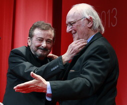 El actor Juan Diego recibe el Premio Fotogramas de Honor de manos del director Carlos Saura.