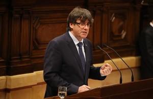 El presidentede la Generalitat, Carles Puigdemont, en el Parlament.