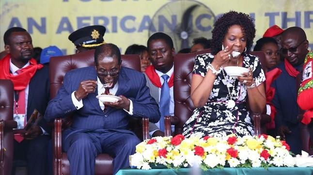 El presidente de Zimbabue, Robert Mugabey su esposa Grace,en la celebración de su 92 aniversario.