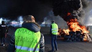Protesta de chalecos amarillos en Montpellier, Francia, con bloqueo de carreteras y quema de neumáticos.