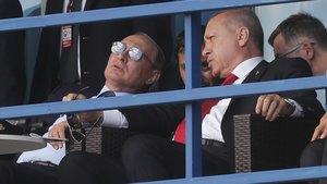 Putin y Erdogan conversan, este martes, durante la visita del presidente turco a Moscú.