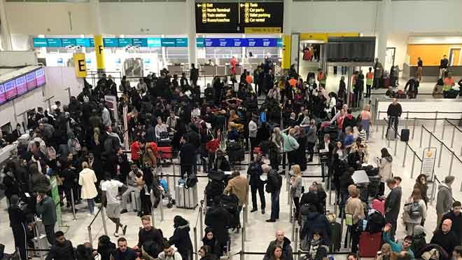 Reabierto el aeropuerto de Gatwick tras un ataque con drones.