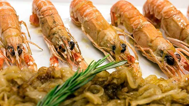Joan Manubens, del restaurantePassadís del Pep, explica cómo hace la receta de su vida:cigalas salteadas con cebolla confitada.