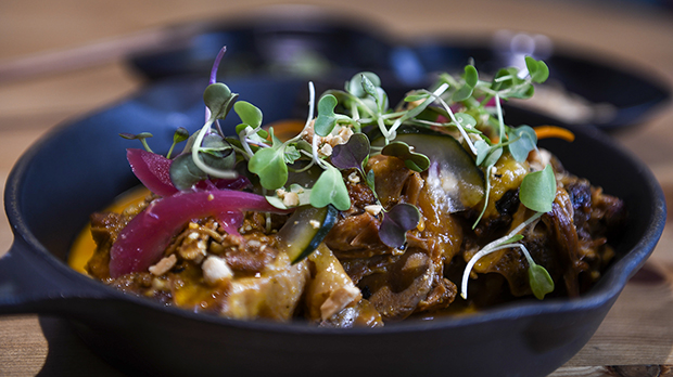 La chef del restaurante Hawker 45, Laila Bazahm, explica cómo hace la receta del kare-kare.