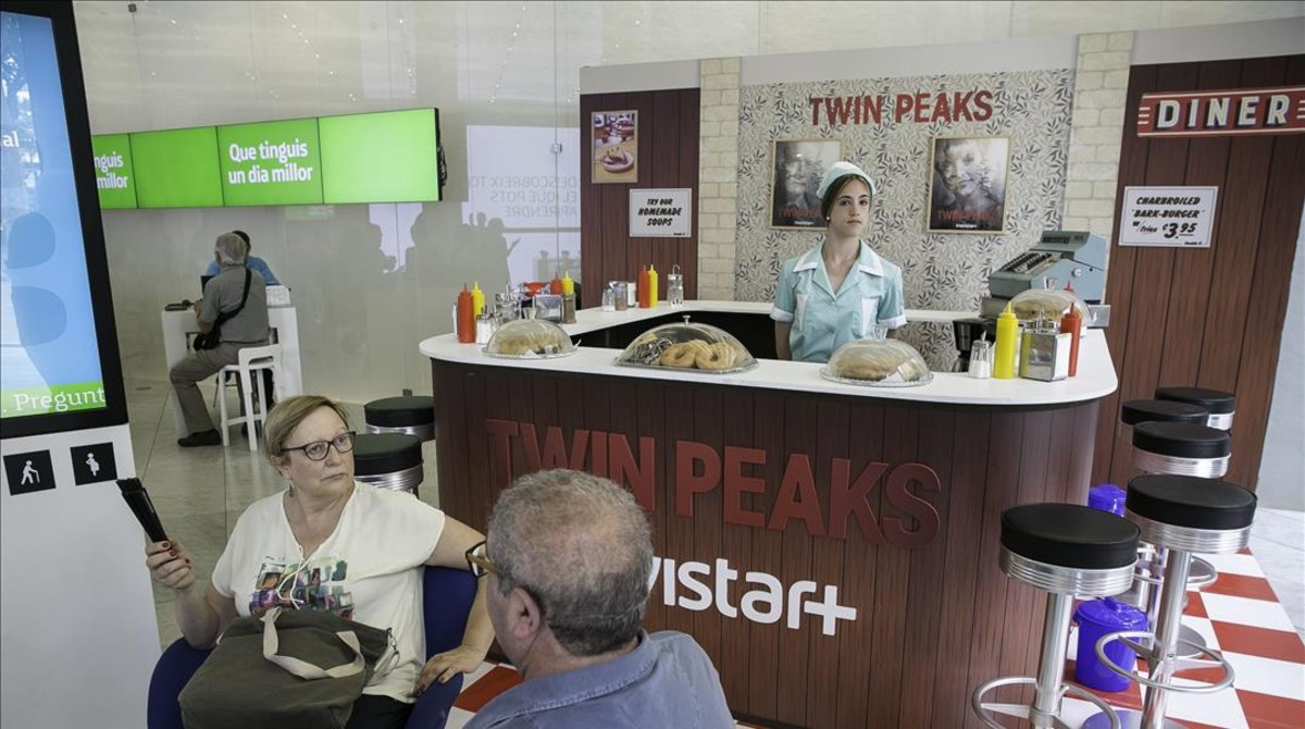 La reproducción del RR Diner de Twin Peaks en la tienda Movistar de Barcelona.
