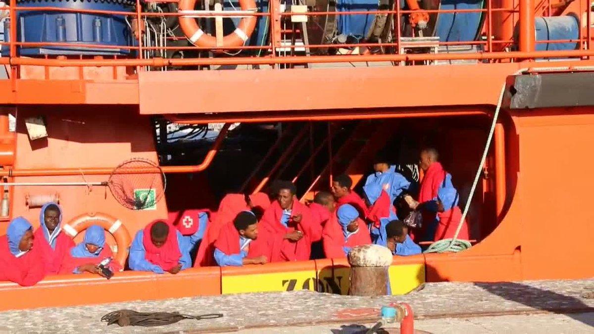 Salvamento Marítimo ha trasladado este viernes al puerto de Motril (Granada) a 62 personas de origen subsahariano, entre ellas 10 mujeres y tres niños de corta edad, que han sido rescatadas cuando navegaban en una patera en el mar de Alborán.