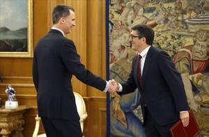 El Rey Felipe VI con el presidente del Congreso, Patxi López, en una reciente reunión para decidir el formato de la nueva ronda de conversaciones