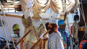 Los Reyes Magos saludan a la gente a su llegada a Barcelona, el año pasado.