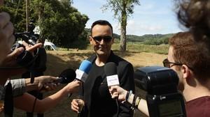El presentador Risto Mejide saluda a la prensa en el día de su boda con Laura Escanes en Argentona.