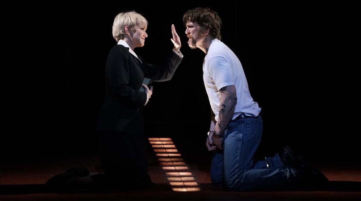 DiDonato (Hermana Helen Prejean) y Michael Mayes (Joseph De Rocher), en una escena de Dead man walking, en el Teatro Real.