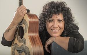 Rosana con su guitarra.