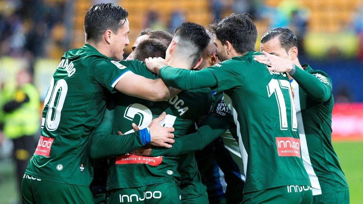 Los jugadores del Espanyol celebran el primer gol de David López.