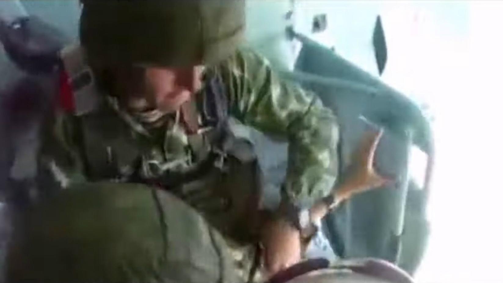 Un cadet rus, llançat d'un avió per força durant un entrenament