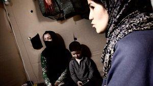 Sahar, con medio rostro tapado, en el campo de refugiados de Moria.