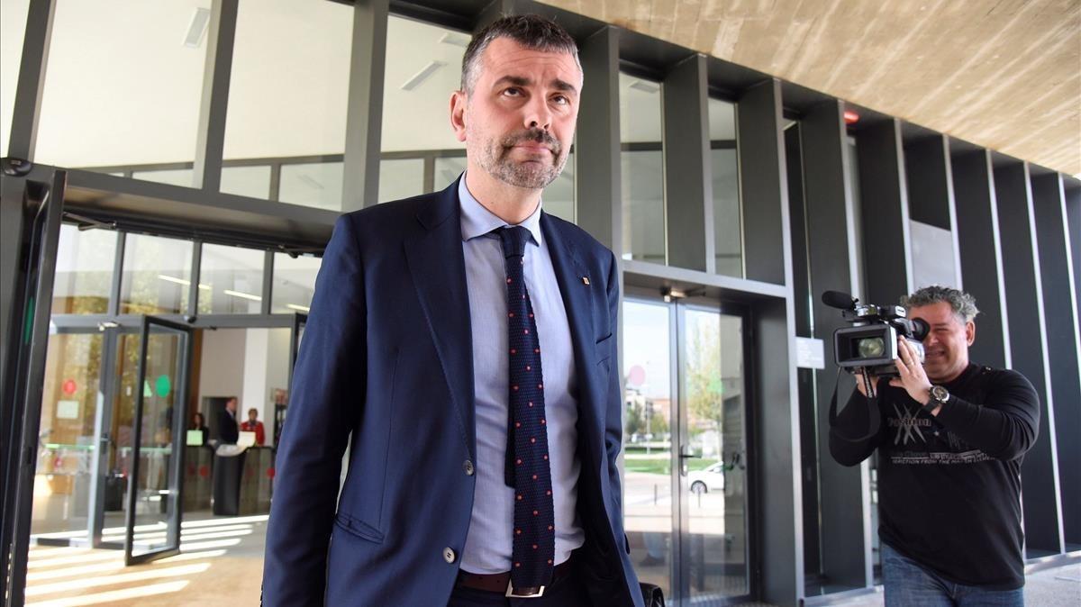 El exconseller Santi Vila llegando a los juzgados de Huesca