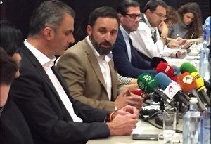 Santiago Abascal comparece en rueda de prensa con parte de la cúpula de Vox.
