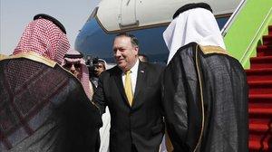 El secretario de Estado de EEUU, Mike Pompeo, recibido por las autoridades saudís a su llegada a Riad.