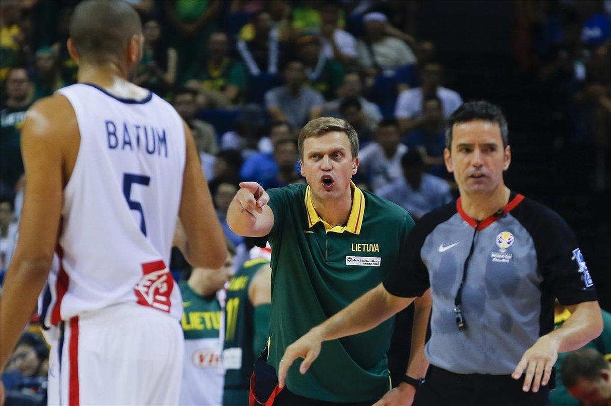 El seleccionador lituano Adomaitis se queja en presencia del árbitro Antonio Conde