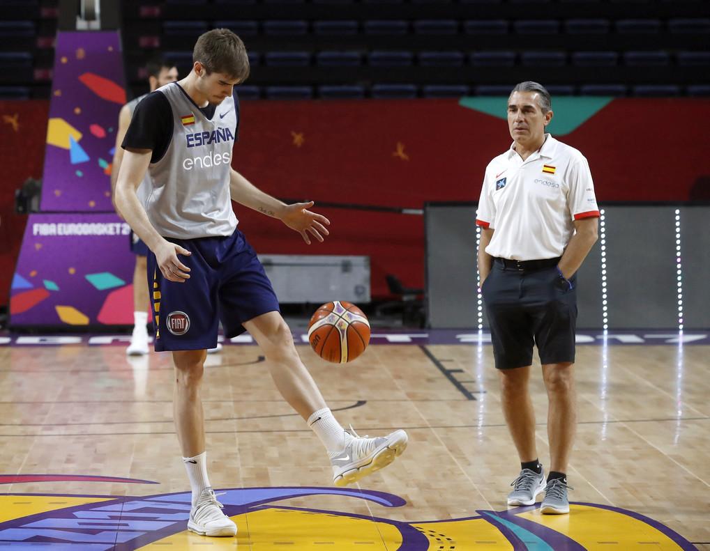 El seleccionador Scariolo y Juancho Hernangómez, en un momento del entrenamiento de la selección
