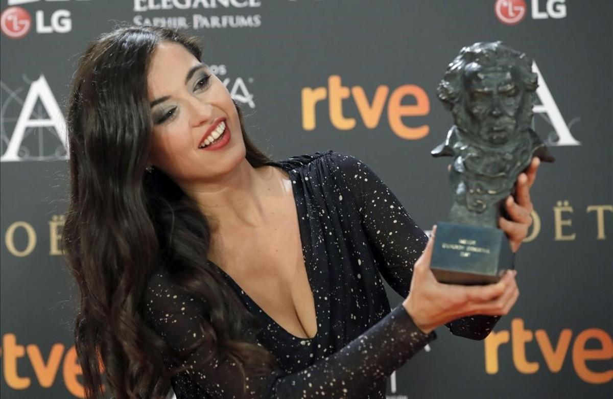 Sílvia Pérez Cruz, con el Goya a la Mejor canción original, en la película 'Cerca de tu casa'.