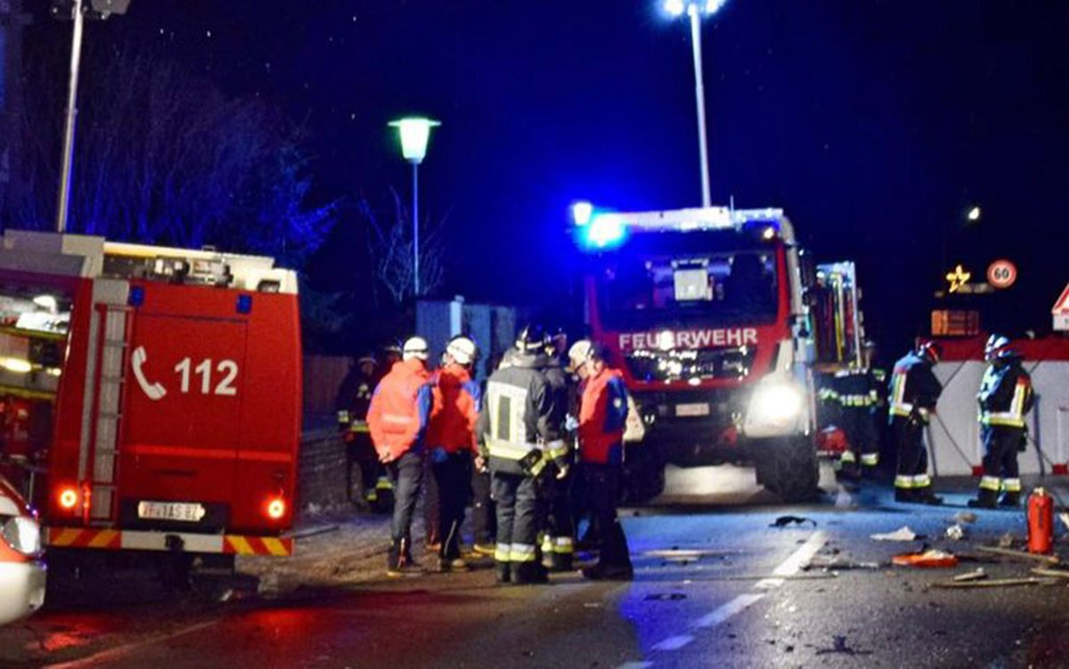 Lutago (bolzano) (Italy), 05/01/2020.- A handout photo made available by the fire brigade firefighters rushed to help the people involved in the accident in Lutago, Italy, 05 January 2020. Six people died and eleven were injured in a road accident early 05 January in Lutago. According to first informations, a car hit a group of people around 1.15 AM at high speed in an apparent drunk driving. (Incendio, Italia) EFE/EPA/VIGILI DEL FUOCO / HANDOUT HANDOUT EDITORIAL USE ONLY/NO SALES