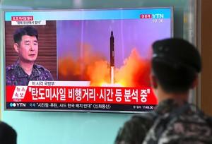 Un soldado surcoreano mira un informativo que da cuenta del lanzamiento del misil, este martes en Seúl.