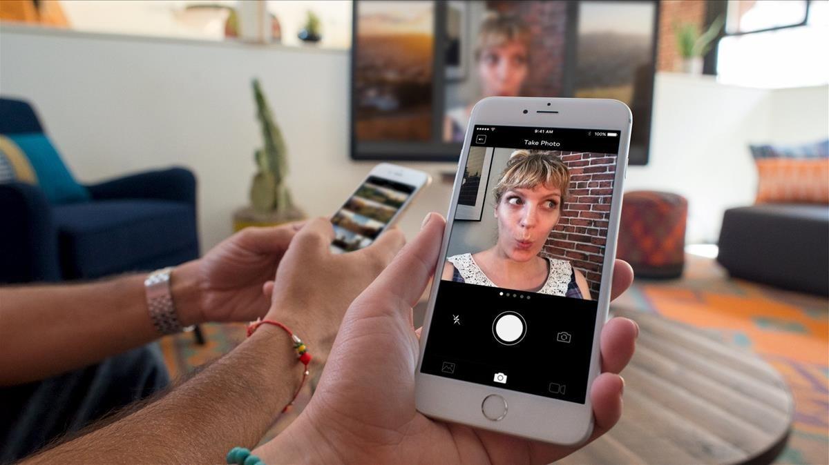 Imagen de un 'smartphone' con Apple TV.