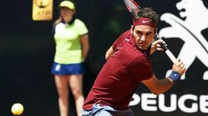 El suizo Federer golpea la bola en el Master 1.000 de Roma ante el austriaco Thiem.