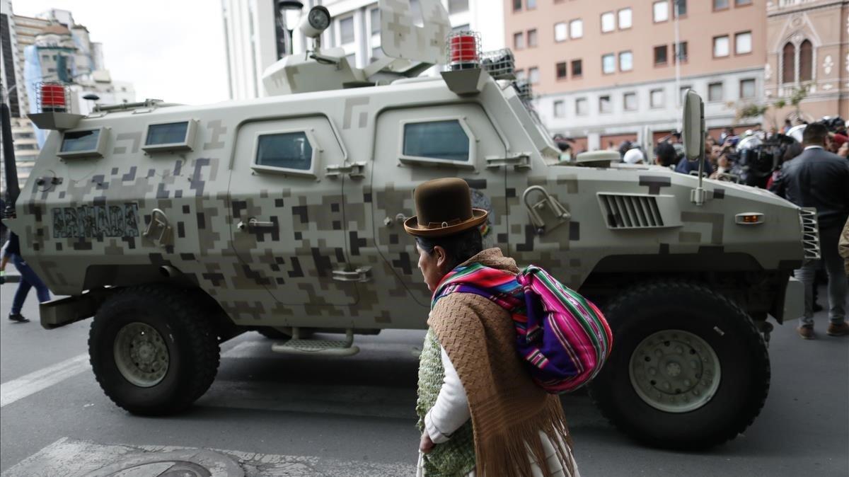 Un tanque patrulla las calles de La Paz, este martes.