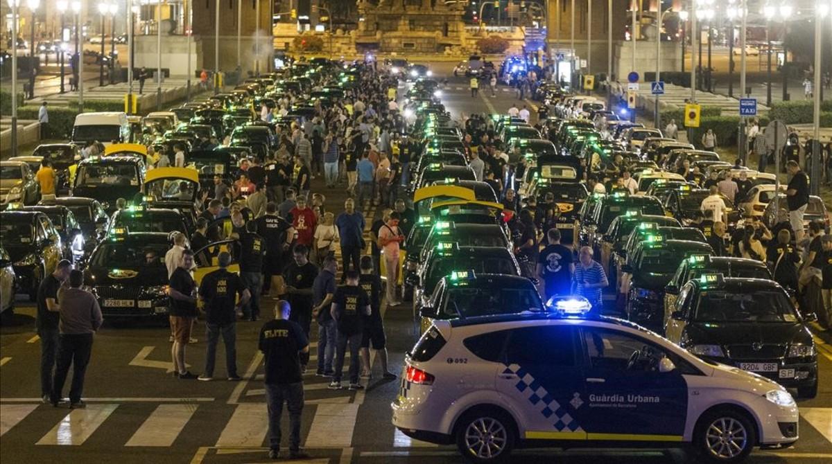 Concentración de taxistas en la avenidaMaria Cristina para salir hacia Madrid.