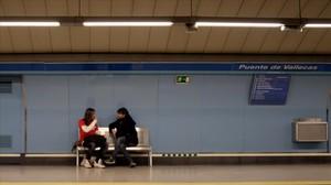 Un joven charla con Jordi Évole en un andén del metro, en Salvados.