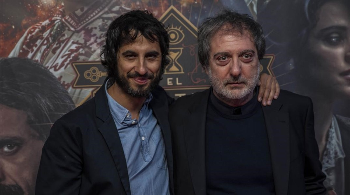 El director de la serie, Marc Vigil, junto al creador y guionista de la misma, Javier Olivares.