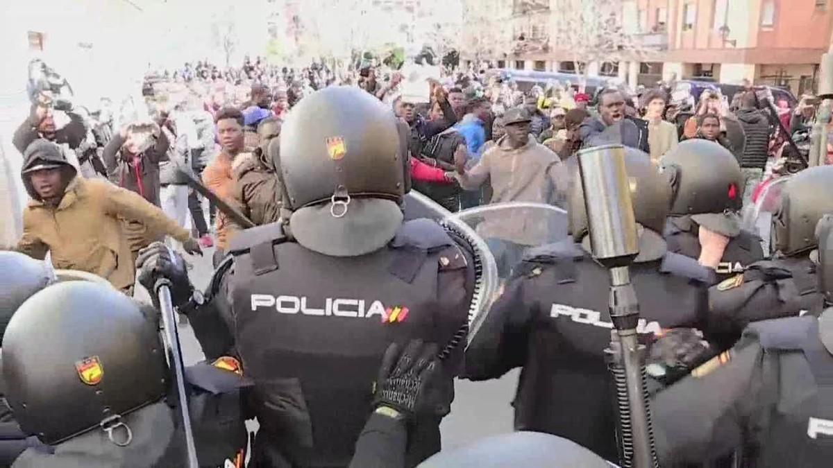 Unas cien personas concentradas en la Plaza Nelson Mandela del barrio madrileño de Lavapiés han protagonizado momentos de tensión.