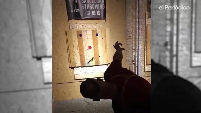 Jaume Massagué enseña a tirarhachas en Barcelona Axe Throwing.