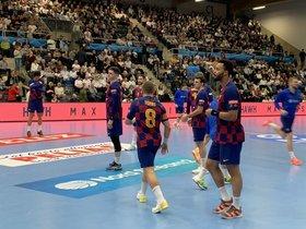 Víctor Tomás y otros jugadores del Barça en el partido de este domingo en Noruega.
