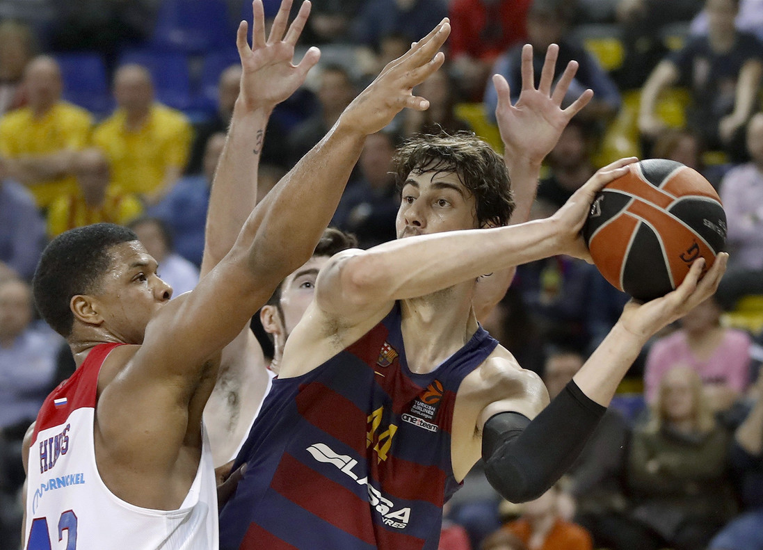 Tomic intenta un pase defendido por De Colo y Hines