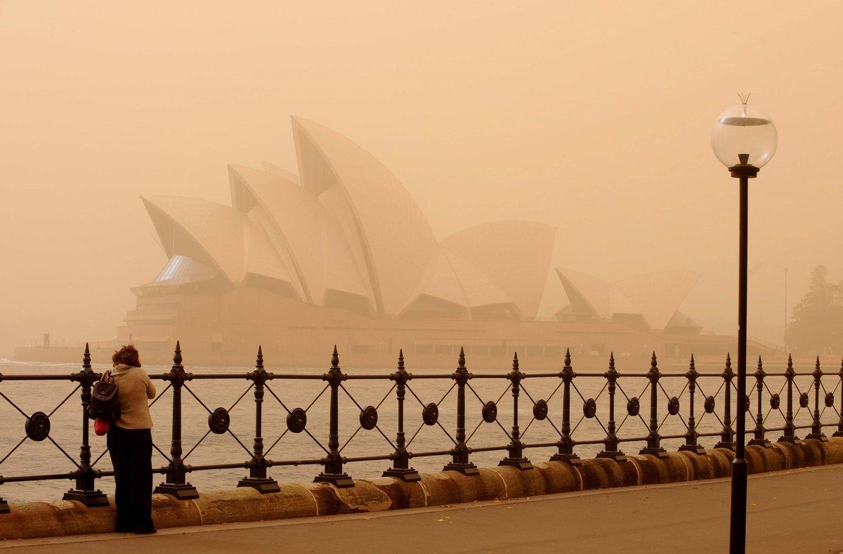 SYD141a - SIDNEY AUSTRALIA 23 09 09 - La Casa de la Opera es cubierta hoy 23 de septiembre de 2009 por una tormenta de polvo en Sidney Australia Este fenomeno es causado por la sequia de las tierras en las regiones occidentales y surenas del estado de Nueva Gales del Sur y el suroriente de la isla EFE TRACEY NEARMY PROHIBIDO SU USO EN AUSTRALIA Y NUEVA ZELANDA