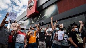Trabajadores de Nissan protestan por el cierre de la planta de la Zona Franca, ante un concesionario de la marca en Granollers, el 29 de mayo.