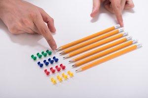 Persona con Trastorno Obsesivo-Compulsivo colocando lápices y chinchetas.