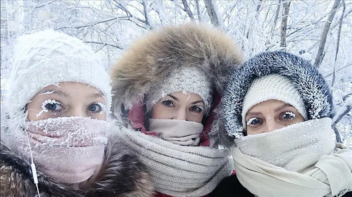 Tres amigas posan para un 'selfie' en Yakutia.